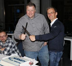 Anschneiden des webnativ Kuchens