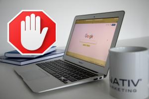 Symbol für Google AdBlocker und Laptop mit Google-Suche - webnativ.de